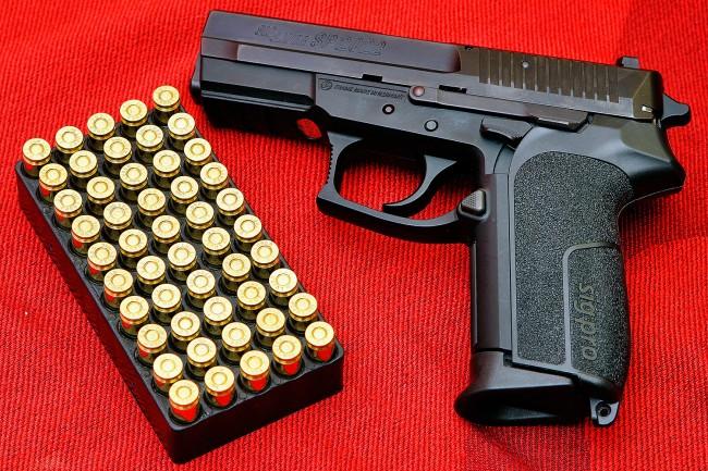 권총과 탄약. 보기에도 섬뜩해 보이는 살상무기지만, 미국에서는 가정에서도 쉽게 볼 수 있다. 그런데 총이 정말 안전을 지켜줄까. - Augustas Didžgalvis(wikimedia) 제공
